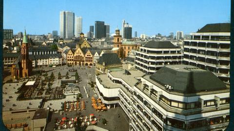 Eine Postkarte von Frankfurt zeigt das Areal zwischen Dom und Römer mit Technischem Rathaus.