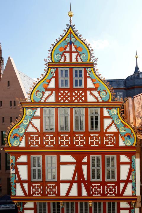 Die Fassade der Goldenen Waage in der neuen Altstadt in Frankfurt