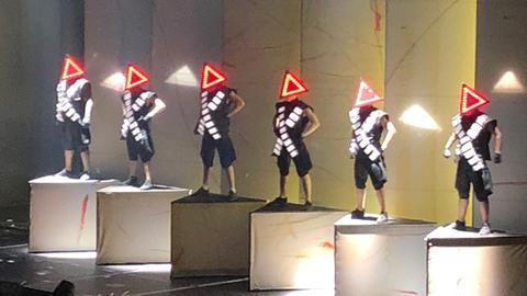 Deichkind mit Pyramidenhüten auf der Bühne