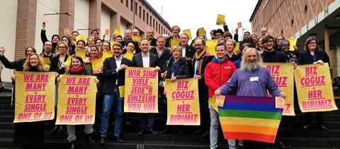 56 Erstunterzeichner der Frankfurter Erklärung Die Vielen auf den Stufen vor dem Historischen Museum Frankfurt
