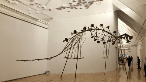Skulptur von Constantin Luser, die wie ein großes Dino-Skelett aus Blasinstrumenten aussieht