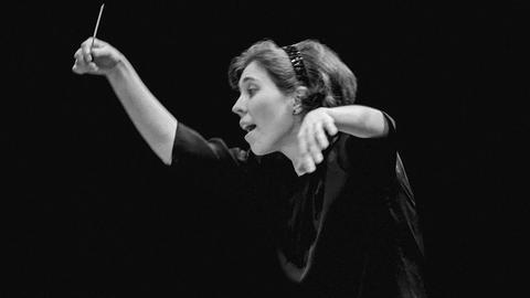 Schwarz-Weiß-Foto einer Dirigentin