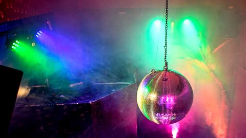 Discokugel hängt in einem leerem Raum