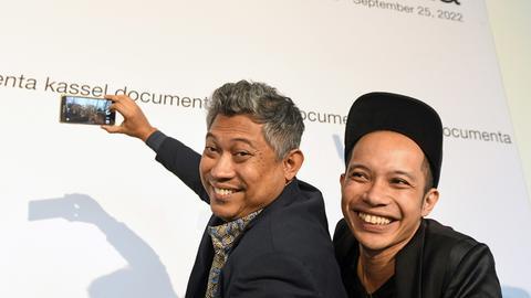 Die beiden neuen künstlerischen Leiter der documenta 15, Ade Darmawan (li.) und Farid Rakun, machen nach ihrer Vorstellung Selfies.