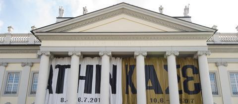 Ein Werbeplakat der documenta 14 in Athen und Kassel hängt im Mai am Eingang des Fridericianum in Kassel.
