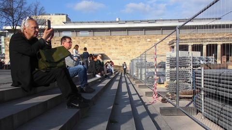 Zuschauer bei den ersten Aufbauarbeiten für die documenta 14 am Kasseler Friedrichsplatz
