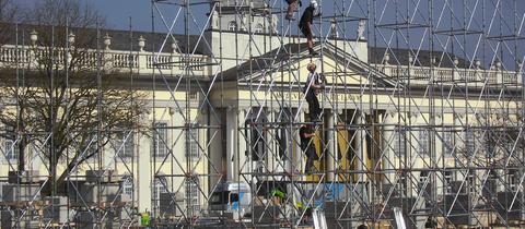 """Bauarbeiter errichten Gerüst für """"Bücher-Tempel"""" für documenta 14 vor dem Museum Fridericianum in Kassel"""
