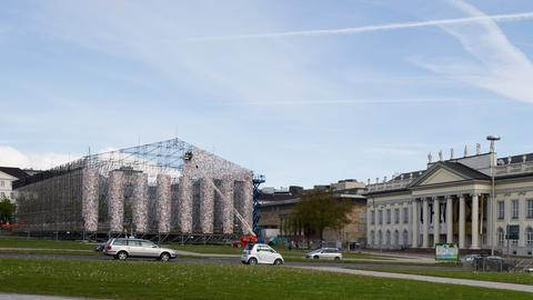 "Aufbau des Kunstwerks ""Parthenon of Books"""