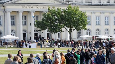 Besucherschlangen vor dem Fridericianum in Kassel