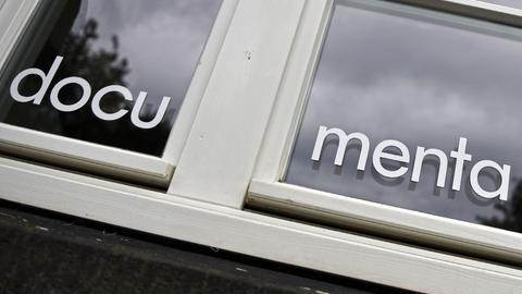 documenta-Schriftzug an einer Scheibe