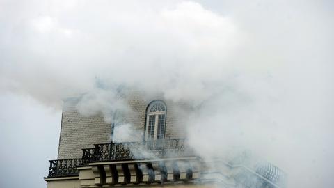 Weißer Rauch quillt aus dem Zwehrenturm in Kassel