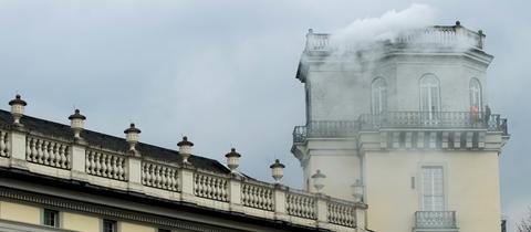 Weißer Rauch dringt aus dem Zwehrenturm in Kassel.
