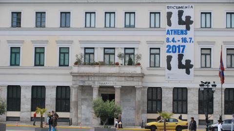 Das Rathaus von Athen, an dem ein Banner mit Werbung für die documenta hängt