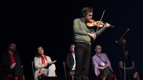 Violinsolo von Ali Moraly bei der Auftakt-Pressekonferenz zur documenta 14