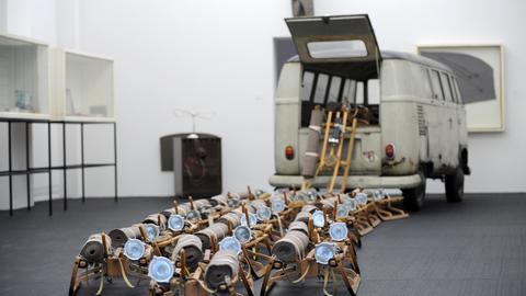 Die Rauminstallation mit The pack (Das Rudel) in der Neuen Galerie in Kassel