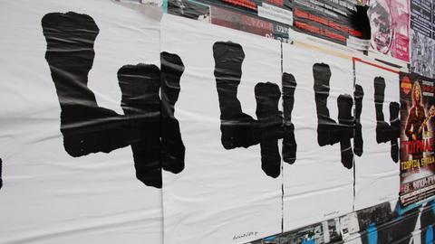 Sehen fast aus wie ein geheimer Code: Plakate der documenta in der Innenstadt von Athen