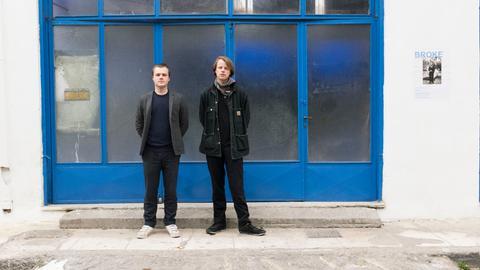 Freiräume in Athen gefunden: der Kasseler Künstler Lukas Panek (rechts)