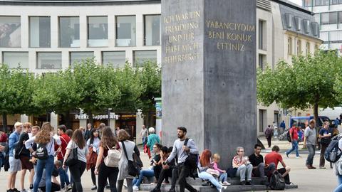 Der Obelisk des nigerianischen Künstlers Olu Oguibe auf dem Königsplatz in Kassel