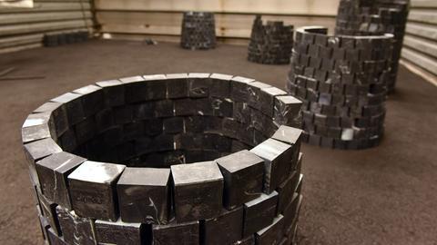 """""""Carved to flow"""" heißt die Arbeit der Künstlerin O. Nkanga auf der documenta 14 am 07.06.2017 in der Neuen Galerie in Kassel (Hessen). Die zu Türmchen errichteten Seifenstücke werden in einer Performance während der documenta verkauft."""
