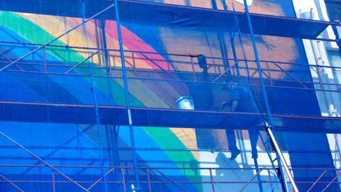 An der Hochschule der Bildenden Künste in Athen arbeitet der australische Künstler Gordon Hookey an einem Mural für die documenta