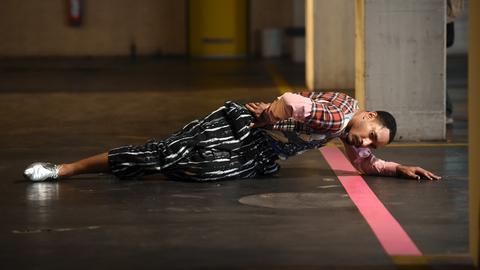 """Ein Mann performt in der Neuen Galerie """"Staging: solo"""" der Künstlerin M. Hassabi"""