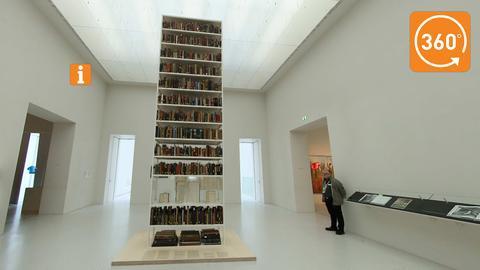 Illegal beschlagnahmte Bücher aus vormals jüdischem Besitz zeigt die Installation von Maria Eichhorn