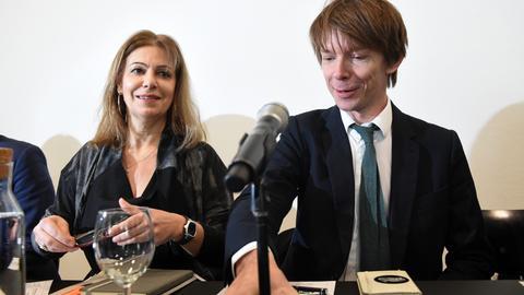 documenta-Leiter Adam Szymczyk und Katerina Koskina, Leiterin des Nationalen Museums für Zeitgenössische Kunst (EMST) in Athen bei einer Pressekonferenz in Kassel
