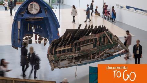 Von der griechischen Küste stammen die Wracks von Flüchtlingsbooten, aus denen die Installation des Künstlers Guillermo Galindo auf der documenta besteht.
