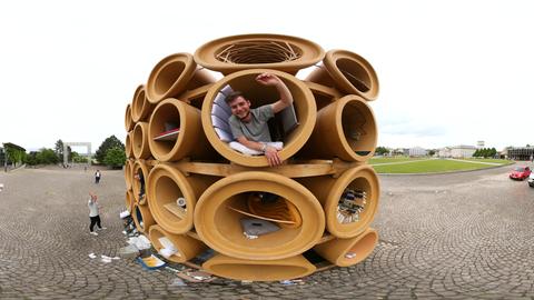 Das Röhrenkunstwerk von Hiwa K vor der documenta-Halle in Kassel