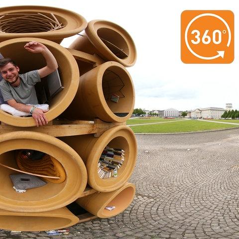Das Röhrenkunstwerk von Hiwa K vor der documenta-Halle