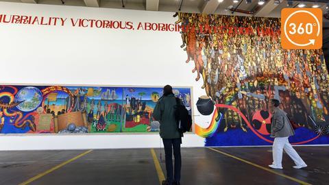 Wandgemälde von Gordon Hookey, der als Waanyi-Aborigine im Bundesstaat Queensland aufwuchs und mit politischen Gemälden und Skulpturen provoziert