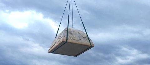 Am Haken eines Kranes: das Marmorzelt der Kanadierin Rebecca Belmore ist auf dem Weg nach Kassel