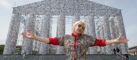 Die argentinische Künstlerin Marta Minujin vor ihrem Kunstwerk Büchertempel in Kassel