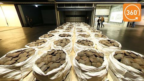 """Mit Eisenbarren gefüllt sind die Säcke in der Installation """"Kassel Ingot Project"""" von Dan Peterman"""