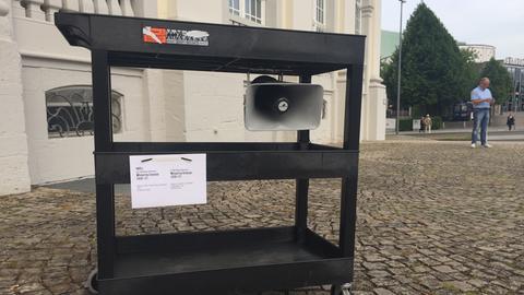 Mobiler Lautsprecher vor dem Fridericianum aus dem das Flüsterwerk von Pope.L säuselt