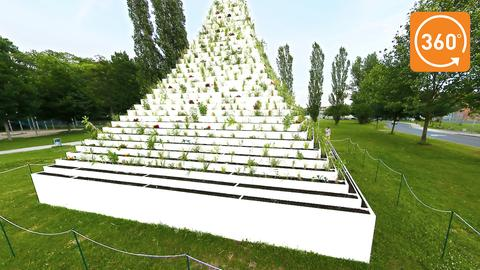 """The Living Pyramid"" von Agnes Denes im Kasseler Nordstadtpark"
