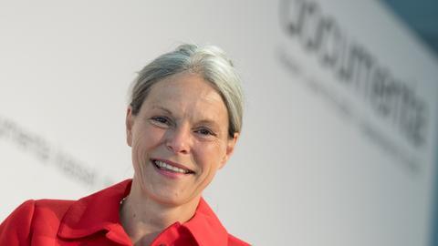 Die neue Documenta-Geschäftsführerin Sabine Schormann lächelt in die Kamera