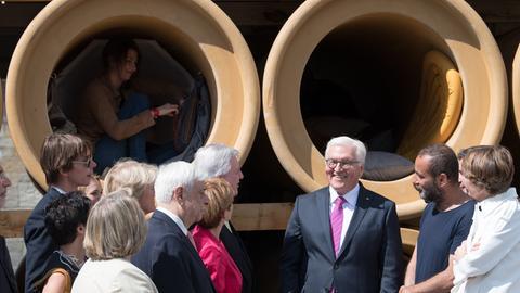 Bundespräsident Steinmeier bei der Eröffnung der documenta 14 in Kassel vor den Röhren des Installationskünstler Hiwa K.