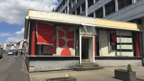 """Die Installation """"Vivian's Bed"""" in einem Pavillon an Kasseler Kurt-Schumacher-Straße"""