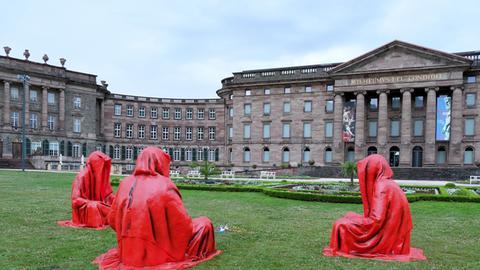 """Drei Figuren """"Wächter der Zeit"""" vor dem Schloss Wilhelmshöhe"""