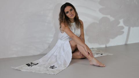 Model präsentiert nachhaltig produziertes Kleid