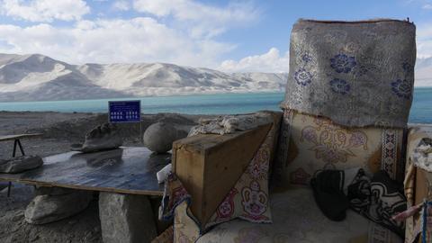 Auf dem Karakorum-Highway, kur vor der Grenze zu Nordpakistan, steht ein alter Sessel.
