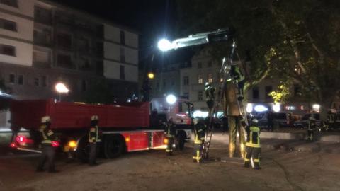 Abbau der Statue durch die Feuerwehr