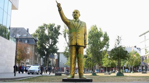 erdogan wiesbaden statue