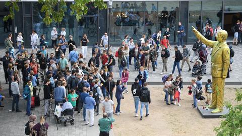 Passanten am Dienstag in Wiesbaden auf dem Platz der Deutschen Einheit an der goldenen Erdogan-Statue