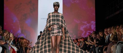 Ein Model läuft über den Laufsteg der Fashion Week in Berlin.
