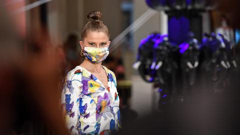 Model präsentiert Mode von Anja Gockel