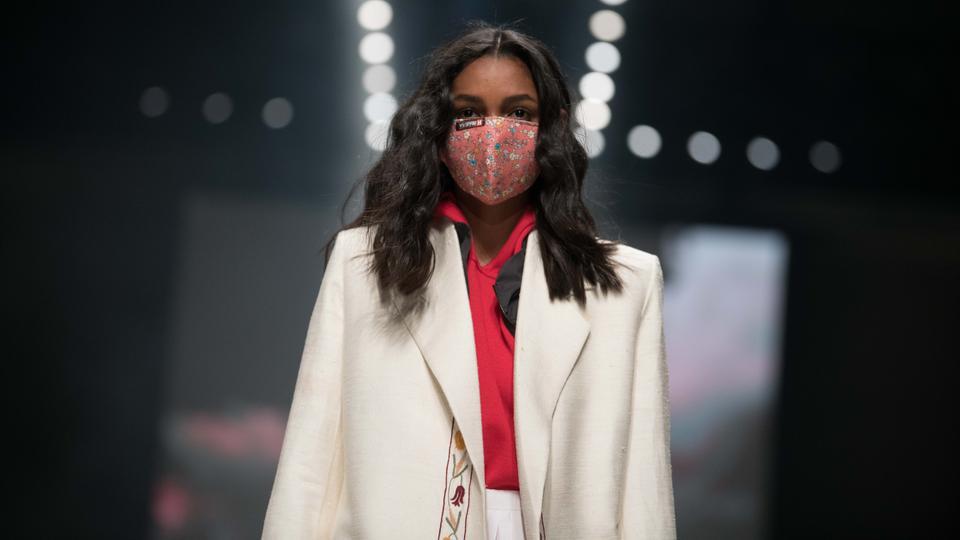 Ein Model läuft mit Stoffmaske bei der Show von Neonyt bei der Mercedes-Benz Fashion Week im Kraftwerk Berlin.