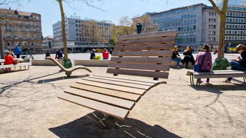 Ein Beispiel für gut gestaltete Bänke: die Sitzmöbel am Goetheplatz in Frankfurt.