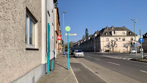 An der Bushaltestelle in Frankfurt-Heddernheim gibt es keine Sitzgelegenheit - auch das ist feindliche Architektur.